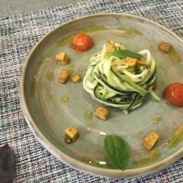 Zoodles de carbassó macerats amb umeboshi y tahin