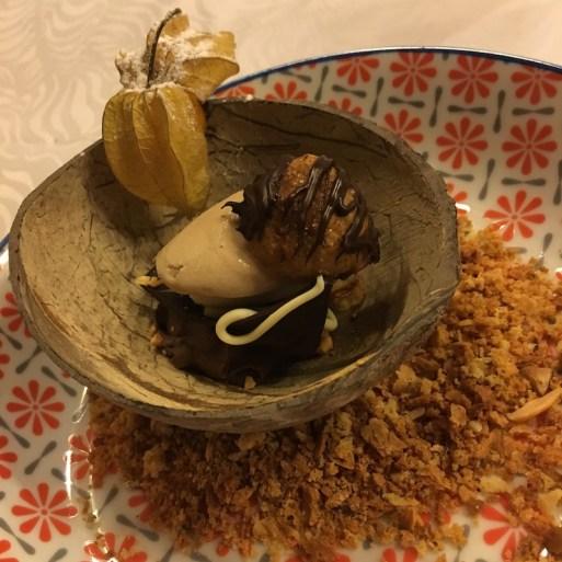 Buñuelo de avellana, helado de avellana, mousse de chocolate y tierra de carquinyoli