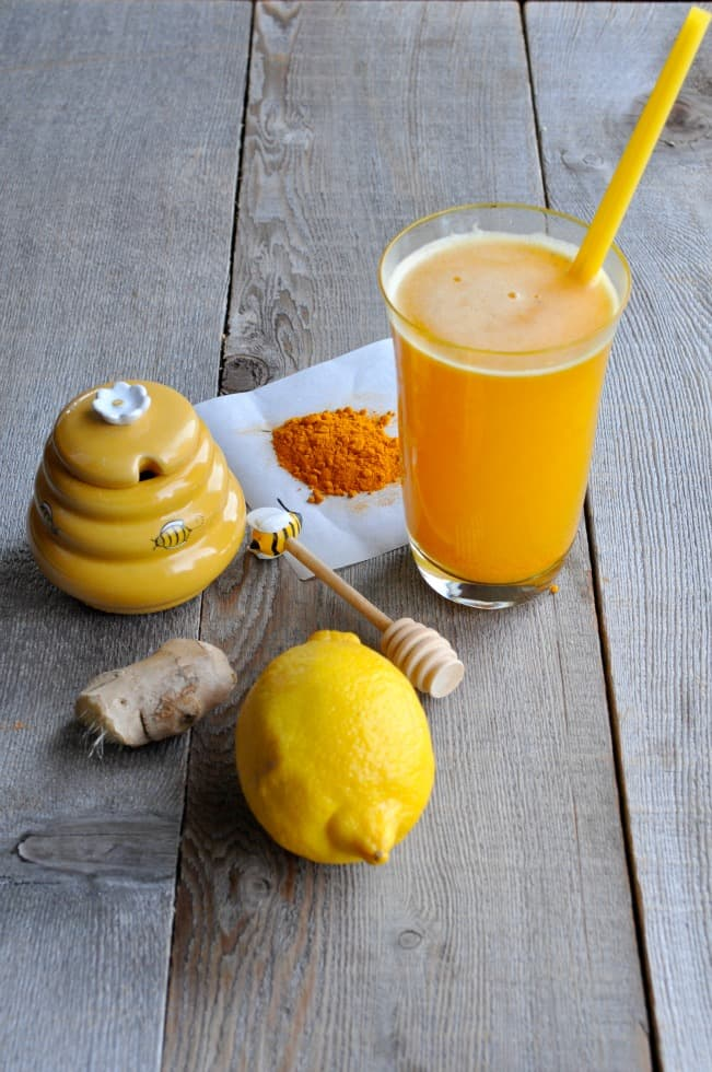 Turmeric Pick-Me-Up tea made with turmeric, lemon, ginger and honey that actually tastes delicious! Find the easy recipe at|www.flavourandsavour.com Stay healthy this season!