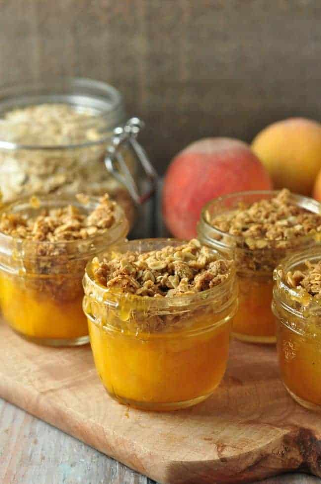 Mason Jar Peach Crisp. Naturally sweet peaches and a crunchy gluten-free topping. Perfect for camping or for your packed lunch.