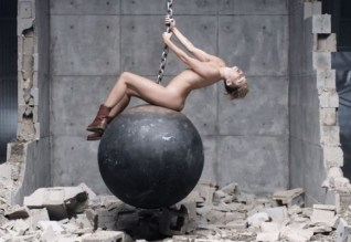miley-cyrus-naked-wrecking-ball-music-video-0909-54-580x435