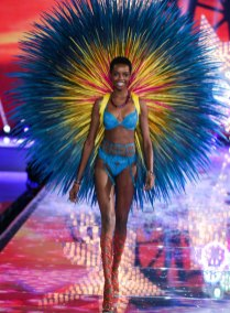 fashion-show-runway-2015-fireworks-maria-look-7-victorias-secret