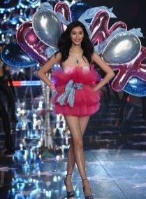fashion-show-runway-2015-pink-usa-ming-look-6-victorias-secret