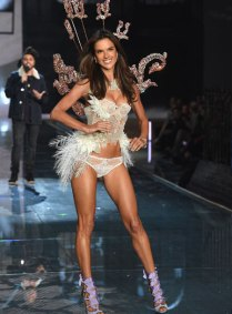 fashion-show-runway-2015-portrait-of-an-angel-alessandra-look-1-victorias-secret