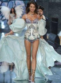 fashion-show-runway-2015-portrait-of-an-angel-flavia-look-9-victorias-secret