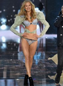 fashion-show-runway-2015-portrait-of-an-angel-vita-look-8-victorias-secret