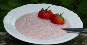 Raw strawberry, oat and linseed porridge