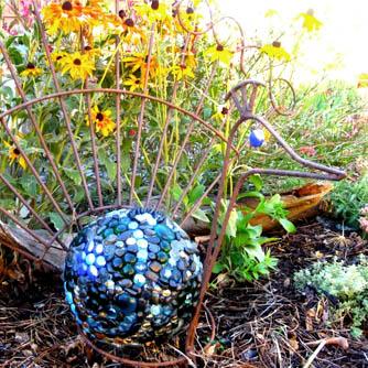 Recycling bowling balls to make garden art flea market for Sphere garden design