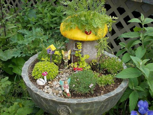 Pat Jackson's vivid colors really make this fairy garden pop!