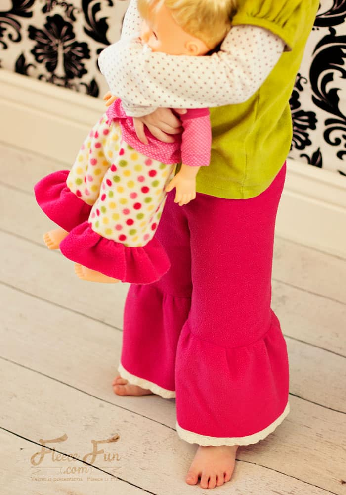 This free child pants pattern is easy to make, and there's a video tutorial that makes it so easy! I'm making a few pairs for my little one! Fleece sewing project.