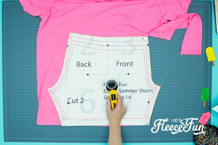 pattern getting cut from t-shirt. You can learn how to make shorts with this easy to follow step by step tutorial. Comes with a free PDF sewing pattern, with easy instructions.