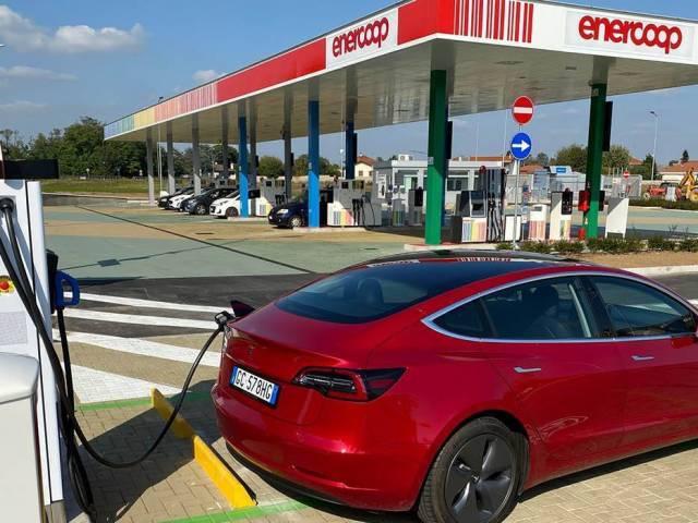 Colonnine di ricarica: obbligo di dotazione nei benzinai a Milano