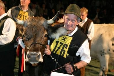 Franz Kleinhans mit der Bundessiegerin der Rasse Original Braunvieh, einer Serko-Tochter (Foto:Landwirt.com)