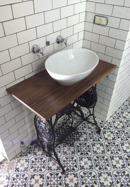 des salles de bain avec des carreaux de