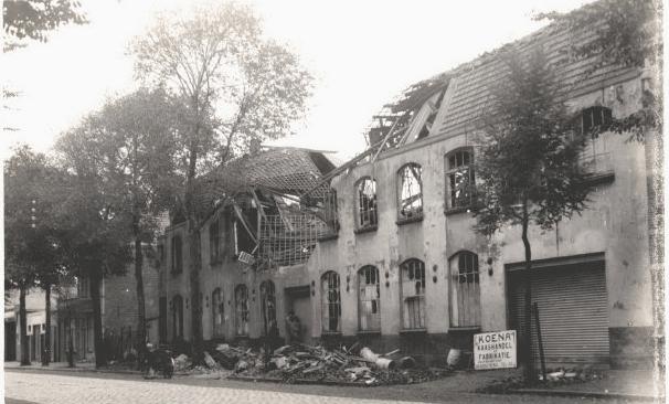 Van Dishoeckstraat, de voormalige schoenfabriek van Klijberg. De fabriek was toen in gebruik door de melkfabriek van de Koena. Verwoesting door Engelse bom in de nacht van 20-21 sept. 1940.