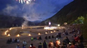 Alle bewundern das abschließende Feuerwerk.
