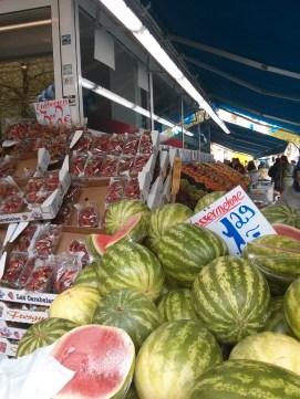 Wassermelonen gibt es jetzt auch schon.