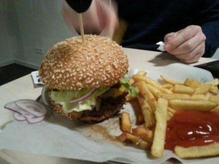 Der Cheeseburger mit Pommes Frites