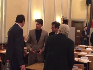 AfD-Kandidate Seifert diskutiert mit Kollegen