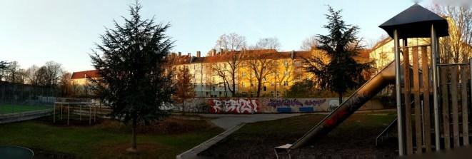 Das Grundstück liegt zwischen der Mauer und den Altbauten.