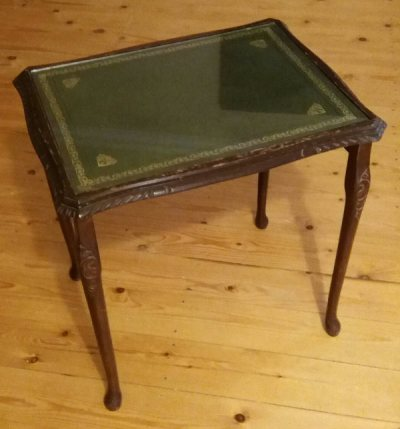 Upcycling a tiled table - brown teak table with green faux leather under glass. The table before upcycling.