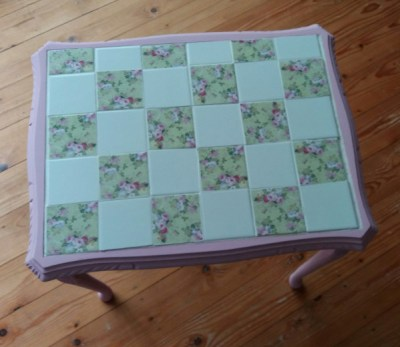 Upcycling a tiled table - the finished painted table