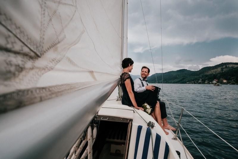 hochzeit-millstaettersee-brautpaar-am-segelboot