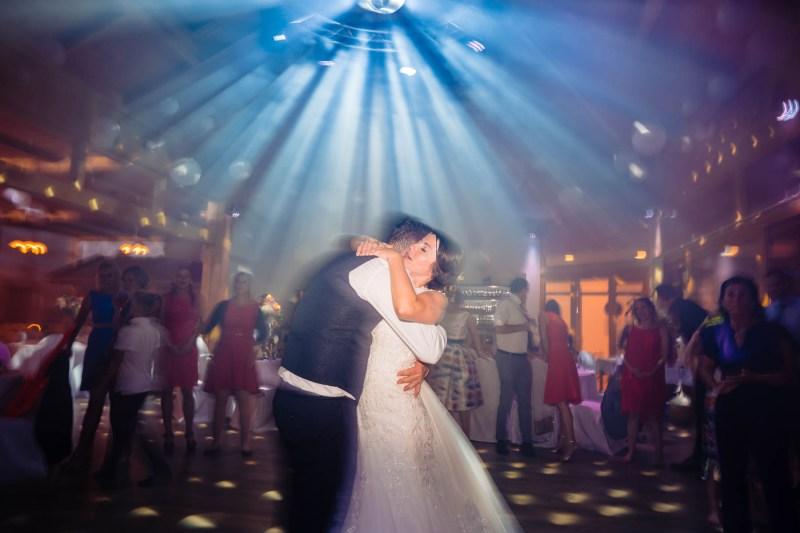 brautpaar-tanzt-hochzeitsfotos-wolfsberg