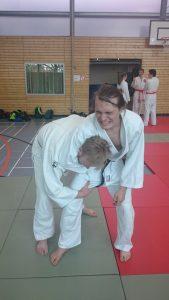 Judo Selbstverteidigung in der Dan Prüfung: Lösen eines Umklammerungsangriffes durch Zufügen von Schmerzen