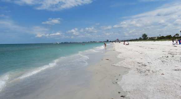 Blue-green water, white sand and no crowds at Pass A Grille Beach. (Photo: Bonnie Gross)