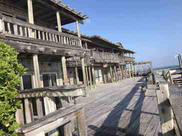 The rustic deck overlooking the ocean at the Driftwood Inn. (Photo: Bonnie Gross)