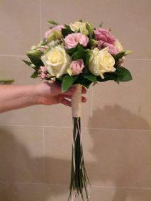 Ramo de novia bouquet de rosas champán , lisiantus , bouvardia, ruscus y cobertura de base