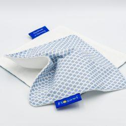 Schmusetuch für Babys aus Hellblau-weißer Baumwolle auf einer Seite und weißem Molton auf der anderen Seite mit Knisterfolie innen