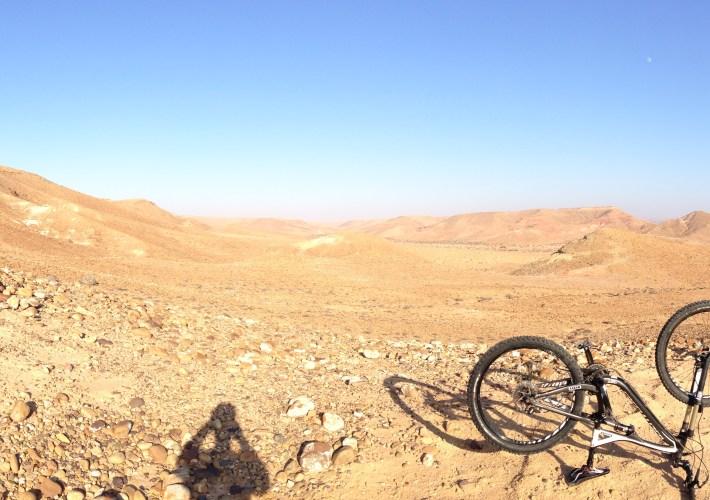 Ich und mein einsames Bike in der menschenleeren Einöde