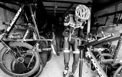 Matteo Dal-Cin bringing one of his bikes out of the trailer so Doug can finish the assembly. ©VeloImages