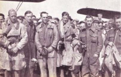 Besetningen foran flyene etter landingen på Jæren.