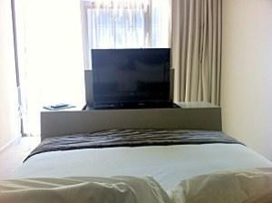 télé au pied du lit