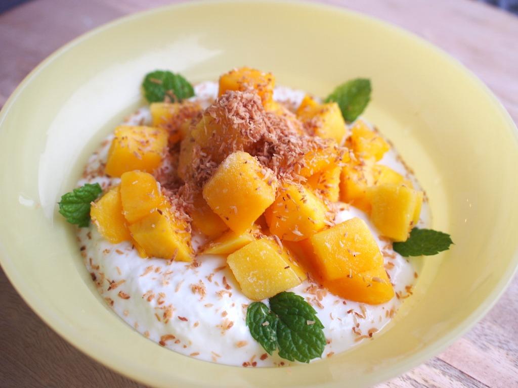 Gezond ontbijten met kwark mango kokos en munt