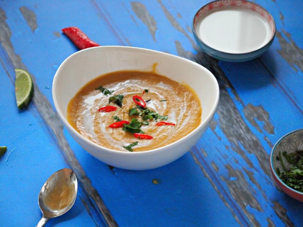 Pittige zoete aardappel soep met rode curry