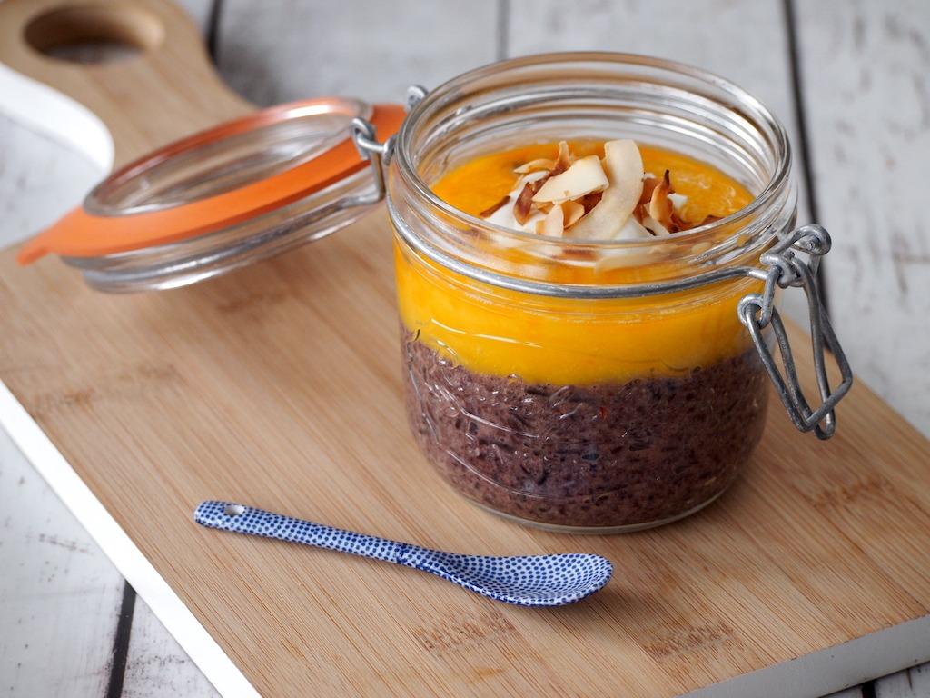 Ontbijten met zwarte rijst en mango