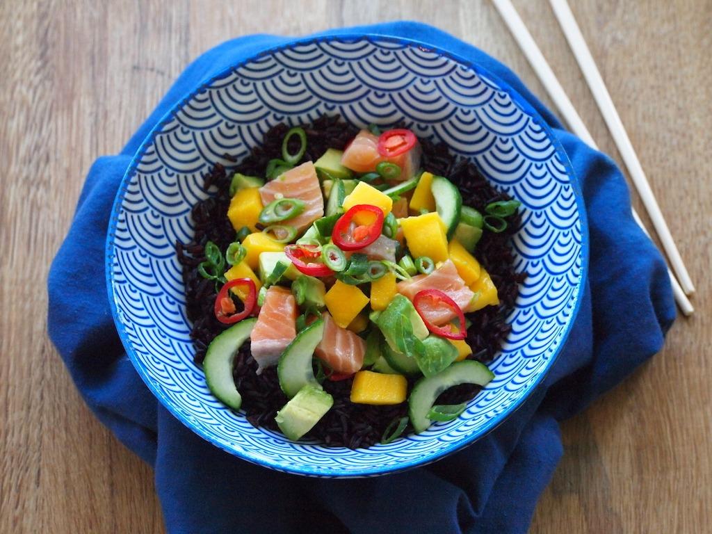 Poke bowl met zwarte rijst