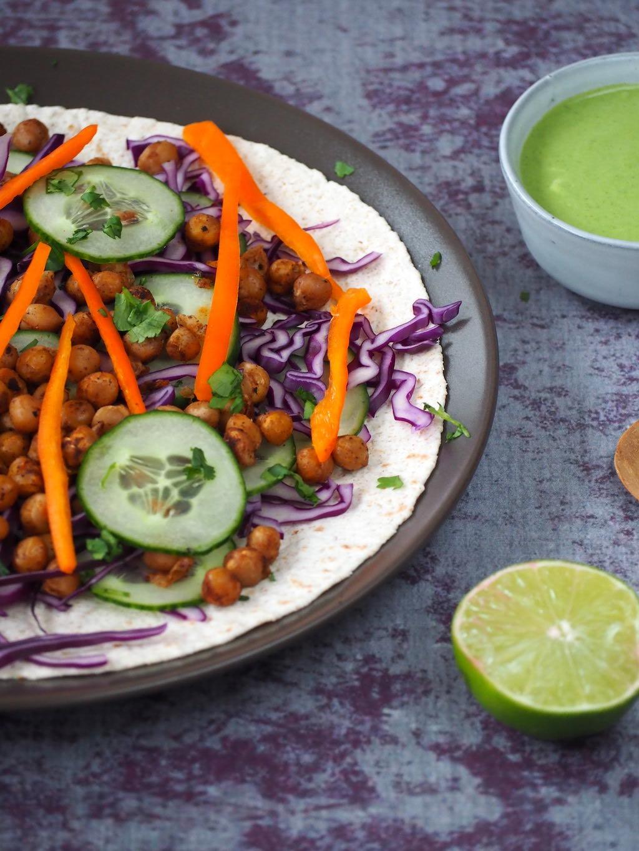 Regenboog wraps met spicy kikkererwten en limoen koriander dressing foodblogswap