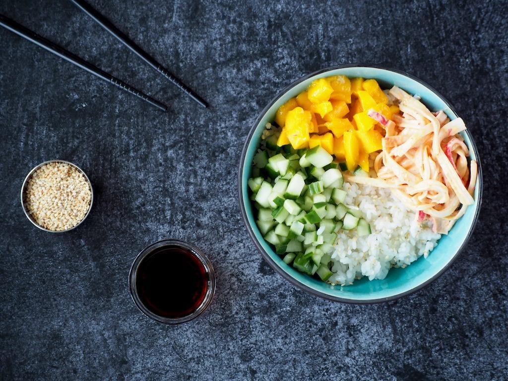 Sushi bowl met krab en mango
