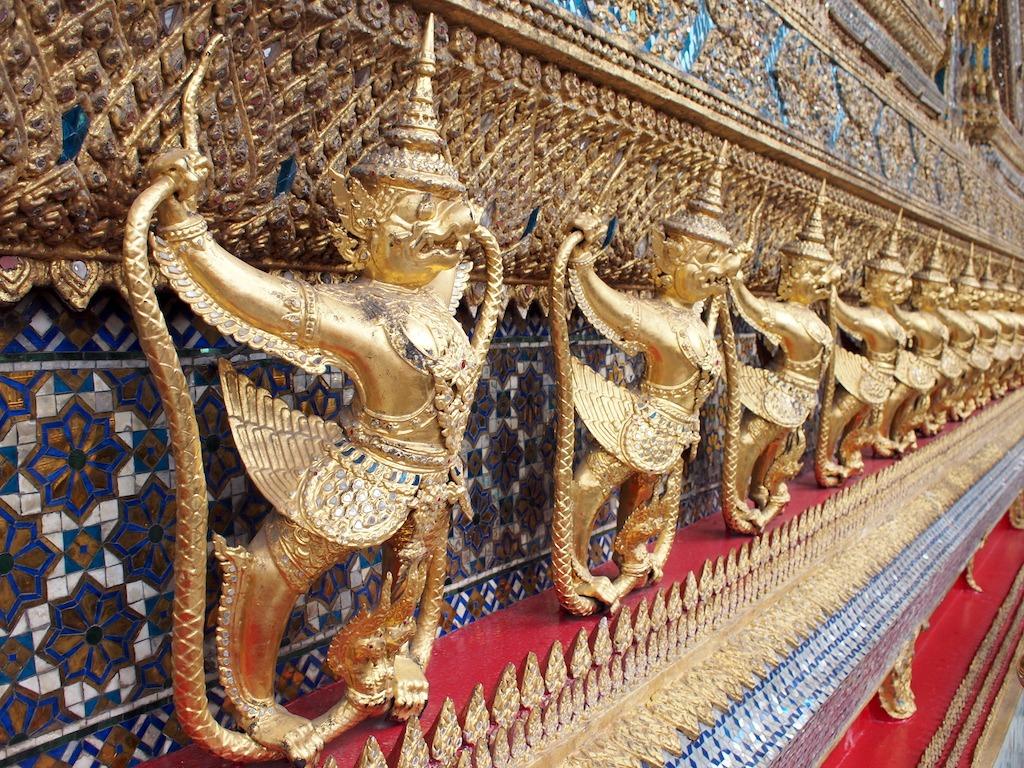 Grand palace bangkok muur met gouden beelden