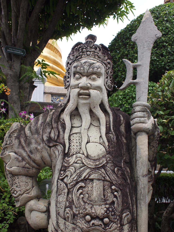 Oud beeld in de tuin van het Grand Palace