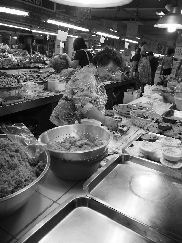 Oma die aan het koken is in Chiang Mai