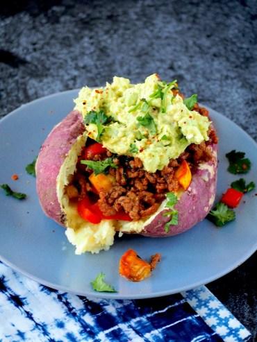 Gevulde gepofte aardappel met Mexicaans gehakt