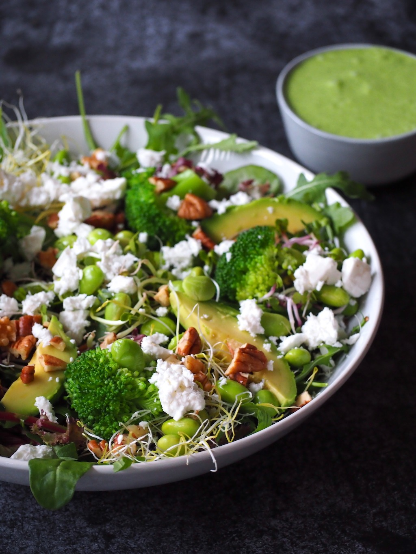 Groene salade met broccoli, feta en walnoten