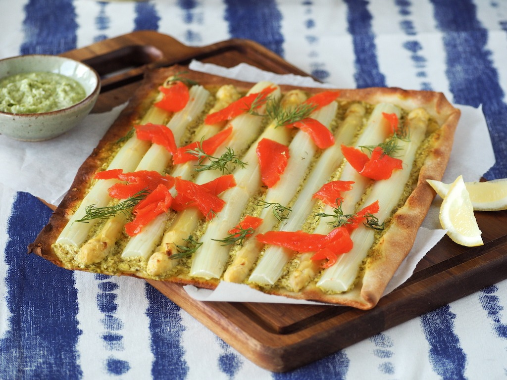 Flammkuche met witte asperges en zalm