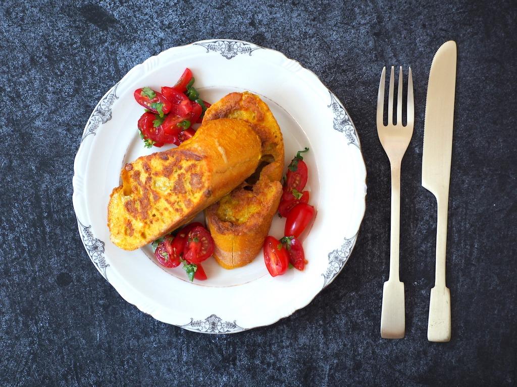 Hartige wentelteefjes met kruiden en tomaat
